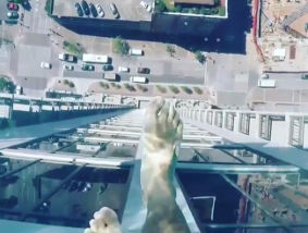 【すげぇ!!】底が透明のプールがアメリカの高層ビルに爆誕!透明すぎてリアルに浮いてる感がすごい!