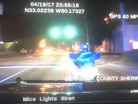 【衝撃映像】逃走中のバイクにパトカーが追突し、バイカーを死亡させる事件が物議をかもす!